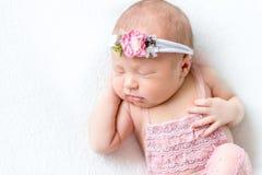 De leuke baby kleedde zich in een roze kostuum, topview Royalty-vrije Stock Foto's