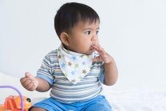 De leuke baby zuigt vinger royalty-vrije stock afbeeldingen