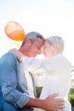 De leuke ballons van de paarholding bij het park Royalty-vrije Stock Afbeelding