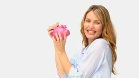 De leuke besparing van de blondevrouw op geld stock footage