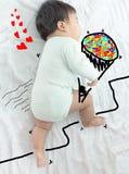 De leuke bloem van de babyholding voor minnaar voor valentine& x27; s dagachtergrond Royalty-vrije Stock Afbeeldingen