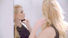 De leuke Blonde Sexy Telefoon van de Meisjes Sprekende Cel stock footage