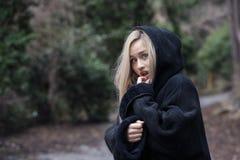 De leuke blonde tiener met vrees kijkt stock afbeelding