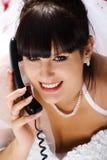 De leuke bruid spreekt op de telefoon Stock Foto