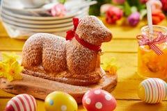 De leuke cake van specialiteitenpasen in de vorm van een lam royalty-vrije stock afbeeldingen