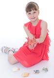 De leuke dag van de meisjezomer met zeeschelpen. stock afbeeldingen
