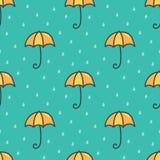 De leuke de paraplu en het waterachtergrond van het dalingen naadloze patroon van de beeldverhaalkrabbel Royalty-vrije Stock Afbeeldingen