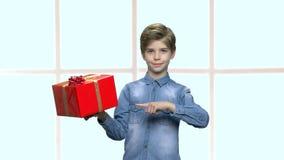 De leuke doos van de jongensholding met heden stock video