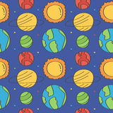De leuke en kleurrijke ruimteachtergrond van het krabbels naadloze patroon met sterren en planeten Stock Foto's
