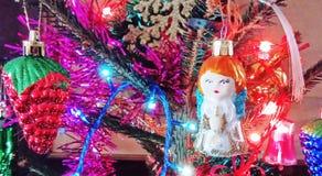 De leuke Engel van de Kerstmisdecoratie op spar stock fotografie