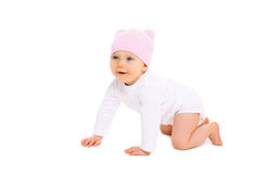 De leuke glimlachende baby in hoed kruipt op witte achtergrond Stock Afbeelding