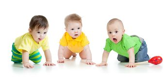 De leuke grappige babys weared kleren kruipen geïsoleerd op wit stock foto's
