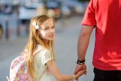 De leuke hand van de meisjeholding van haar vader tijdens de gang van de de zomerstad Royalty-vrije Stock Afbeelding