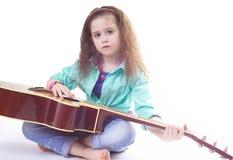De leuke gitaar van de meisjesholding Royalty-vrije Stock Foto