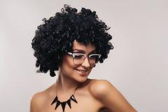 De leuke Jonge Vrouw in Glazen glimlacht schuchter Royalty-vrije Stock Afbeelding