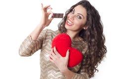 De leuke jonge vrouw houdt van chocoladeconcept te eten Stock Foto