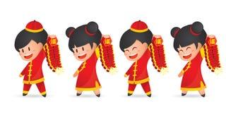 De leuke jongen en het meisje die van het beeldverhaal Chinese Nieuwjaar pret met voetzoeker hebben die, op wit wordt geïsoleerd royalty-vrije illustratie