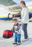 De leuke jongen en zijn grootmoeder troffen te vliegen voorbereidingen stock fotografie