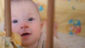 De leuke jongen ligt in het babybed stock video