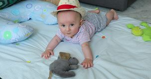 De leuke Jongen van de 5 Maand Oude Baby met Zijn Straw Hat On een Spelmat stock footage