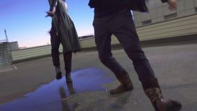 De leuke man in jasje en de kerel gekleed als vrouw bewegen zich en dansen op vloer stock videobeelden