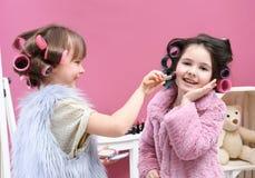 De leuke meisjes die met hun moeder ` s spelen vullen Stock Fotografie