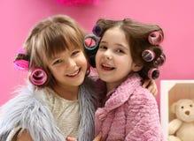 De leuke meisjes die met hun moeder ` s spelen vullen Royalty-vrije Stock Afbeelding