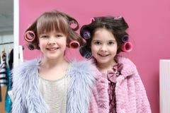De leuke meisjes die met hun moeder ` s spelen vullen Royalty-vrije Stock Fotografie