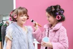 De leuke meisjes die met hun moeder ` s spelen vullen Royalty-vrije Stock Afbeeldingen