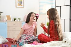 De leuke meisjes die met hun moeder ` s spelen vullen Stock Afbeeldingen
