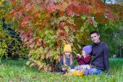 De leuke meisjes met gelukkige papa genieten van de herfst Royalty-vrije Stock Foto
