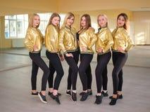 De leuke meisjes stellen in een dansstudio team stock fotografie