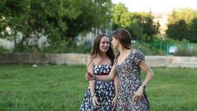 De leuke meisjesmeisjes kwamen in openlucht samen en begonnen een gesprek stock video