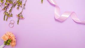 De leuke minimalistic vlakte legt op het huwelijksthema in gevoelige lavendelkleuren stock afbeelding