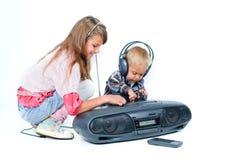 De leuke mooie broer en de zuster luisteren aan muziek royalty-vrije stock foto's