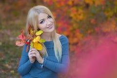 De leuke mooie vrouw van de meisjesdame met blond haar in modieuze kleding met hoed die zich in de herfstbos bevinden Royalty-vrije Stock Fotografie