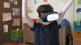 De leuke mooie wereld die van jongensexperinces virtuele werkelijkheidshoofdtelefoon met behulp van stock video