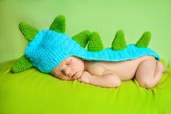 De leuke pasgeboren slaap van de babyjongen Stock Afbeelding