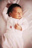 De leuke pasgeboren slaap van het babymeisje, close-up Royalty-vrije Stock Fotografie