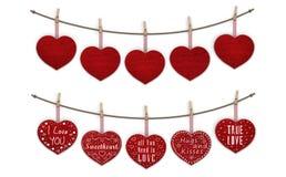 De leuke rode houten harten die op wasknijpers, spatie hangen en verfraaid met tekst I houden van u royalty-vrije stock afbeeldingen