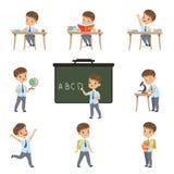 De leuke schooljongenstudent in eenvormig in diverse activiteiten plaatste, jongen bij lessen van biologie, aardrijkskunde, wisku vector illustratie