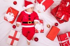De leuke slaap van het babykind met giften Royalty-vrije Stock Afbeeldingen