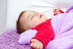 De leuke slaap van het babymeisje Stock Afbeeldingen