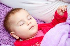 De leuke slaap van het babymeisje Royalty-vrije Stock Afbeeldingen