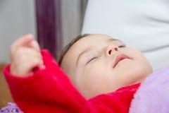 De leuke slaap van het babymeisje Stock Foto's