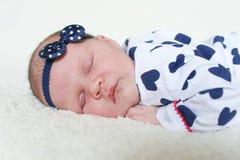 De leuke slaap van het 3 weken pasgeboren meisje op bontplaid Royalty-vrije Stock Fotografie