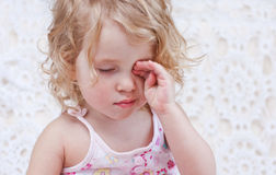 Leuk slaperig babymeisje Royalty-vrije Stock Fotografie