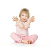 De leuke speelse zitting van het babymeisje op de vloer Royalty-vrije Stock Foto's