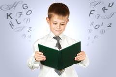 De leuke student houdt boek.   Stock Afbeeldingen