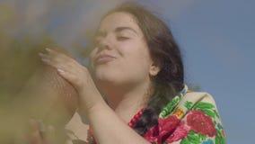 De leuke te zware vrouw geniet van in openlucht drinkend verse melk van de aarden kruik Folklore, traditiesconcept Echte landelij stock video